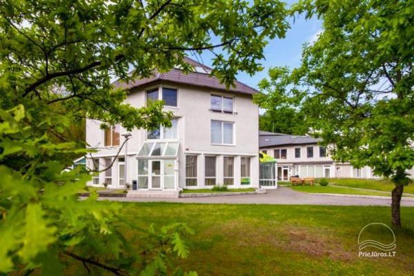 """1–3-pokojowe apartamenty w Juodkrante """"Prie Azuolo"""" – oddzielne wejścia, kuchnie, tarasy"""