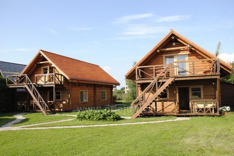 Dwupokojowe mieszkanie i pokoje do wynajęcia w Sventoji w drewnianym domu