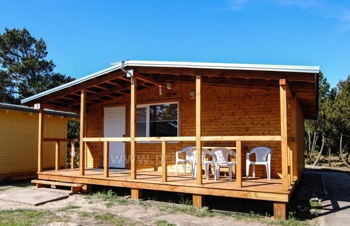 Małe drewniane domy w wydmy nad morzem - 1