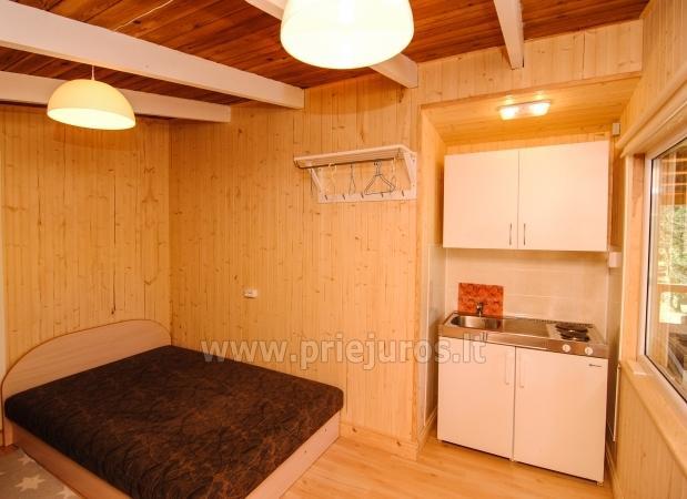 Małe drewniane domy w wydmy nad morzem - 4