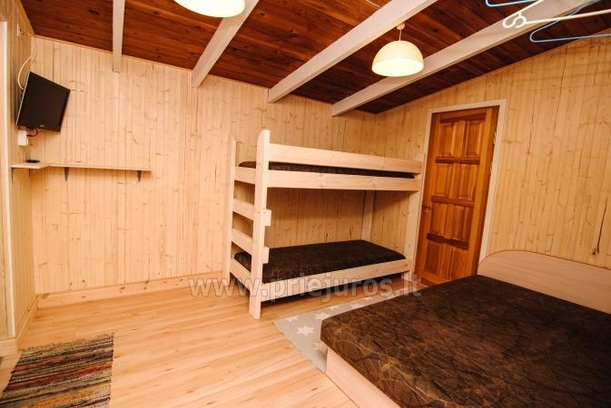 Małe drewniane domy w wydmy nad morzem - 5