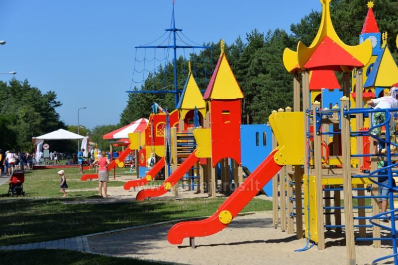 Palanga dzieciecy park: hustawki, gry, mini przejazdzki, kawiarnia, imprezy dla dzieci